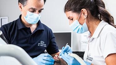 A Periodontologia trata doenças relativas à gengiva, ao osso e ao ligamento periodontal, responsável por manter a estabilidade dos dentes.