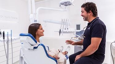O Implante Dentário é uma estrutura metálica que pretende substituir, de forma segura e permanente, os dentes que foram perdidos.